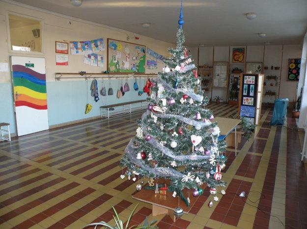 Stromčeky sú súčasťou výzdoby v každej škole.