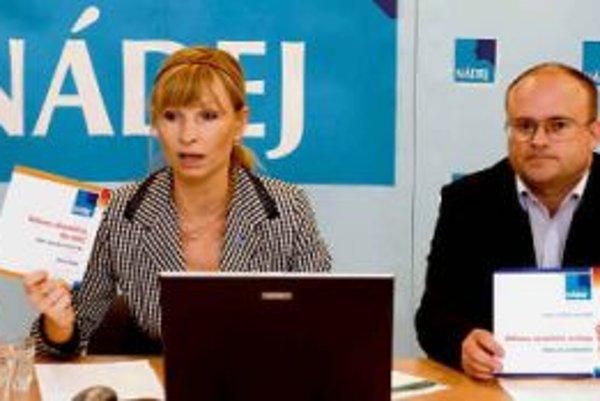 Za neúspešnou stranou Nádej podľa Gorily pred voľbami 2006 stál aj člen finančnej skupiny Penta. Na snímke volebná líderka Alexandra Novotná a kandidát Jozef Mihál.