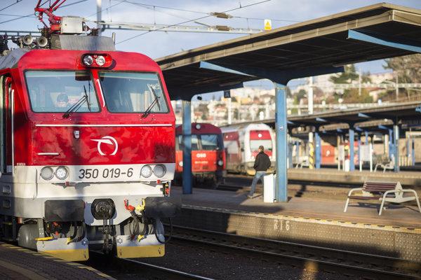 Štátne vlaky na linke medzi Prahou a Košicami výrazne prerábajú.