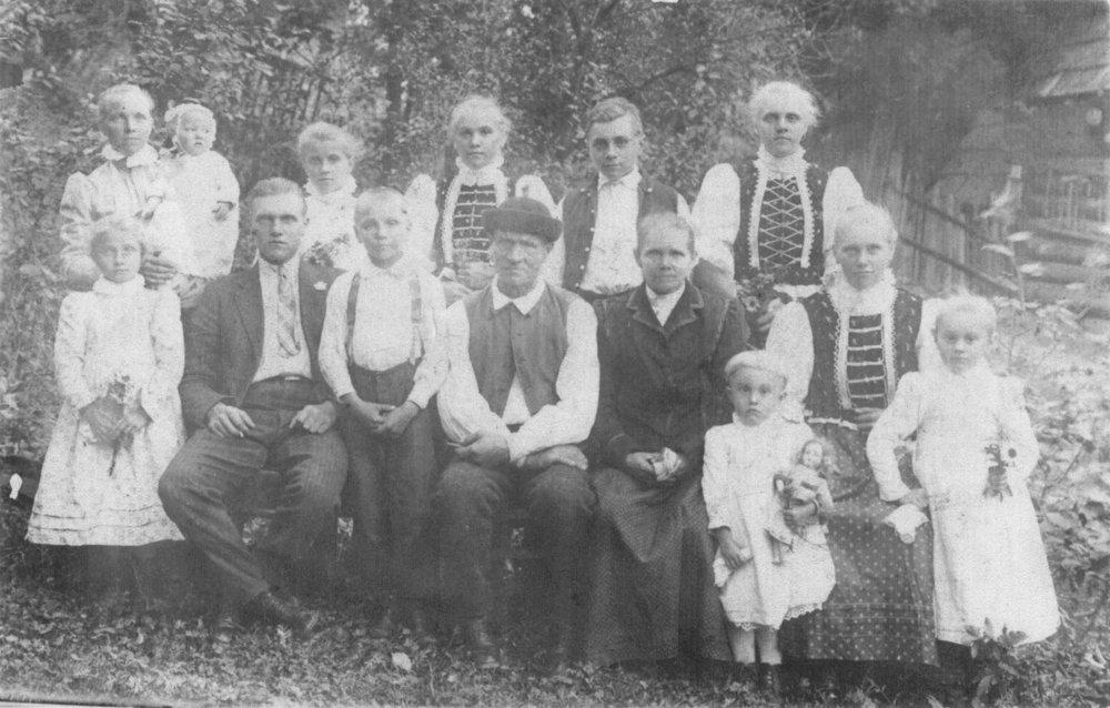 Zdenka (horný rad, štvrtá sprava) pochádzala z mnohopočetnej rodiny.