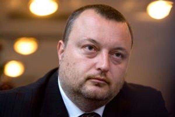 Milan Krajniak je radovým členom kresťanských demokratov a ministrovi vnútra radil, ako riešiť rómsku kriminalitu. V strane nemal nikdy vysokú funkciu. Bol šéfom  oddelenia pre styk s médiami a nominantom KDH vo Fonde národného majetku.