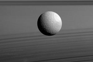 Povrch mesiaca Tethys je zložený z vodného ľadu, podobne ako Saturnove prstence.