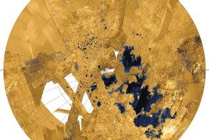 Kolorizovaná mozaika s najdetailnejším záberom severnej časti Titanu a jeho jazier a morí.