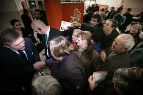 Na Roberta Fica boli v Topolčanoch zvedavé stovky ľudí.