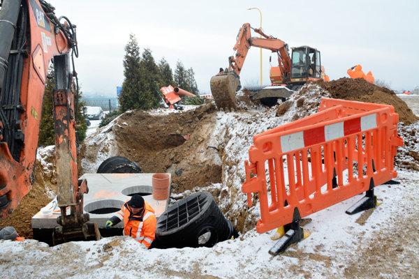 Robia aj odvodnenie. Bagre vyhlbujú jamy a budujú odvodnenie, aby na pozemku nestála voda.