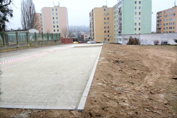Nové parkovisko. Obyvatelia Krupinskej sa po rokoch dočkali.