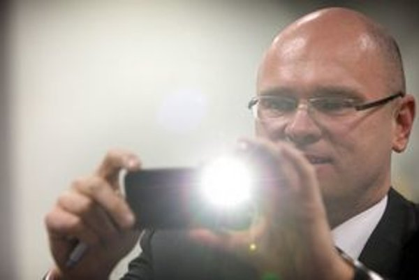 Richard Sulík a jeho mobil.