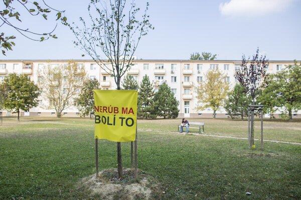 Mestské časti nesúhlasia so zahusťovaním sídlisk. Takto protestovali proti výstavbe náhradných nájomných bytov v Ružinove medzi Ružinovskou a Astronomickou ulicou.
