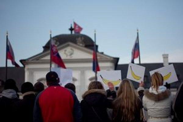 Demonštranti pred Grassalkovičovým palácom.
