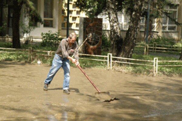 Ľudia čistia chodníky a dvory hlavne od bahna.