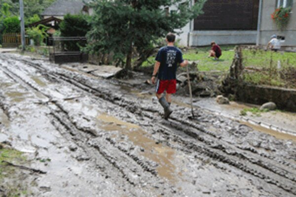 Po záplavách potrebujú Handlovčania aj pomoc armády.