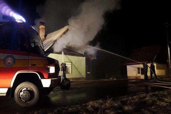 Pri požiari domu pred niekoľkými dňami prišli nájomníci takmer o všetko.
