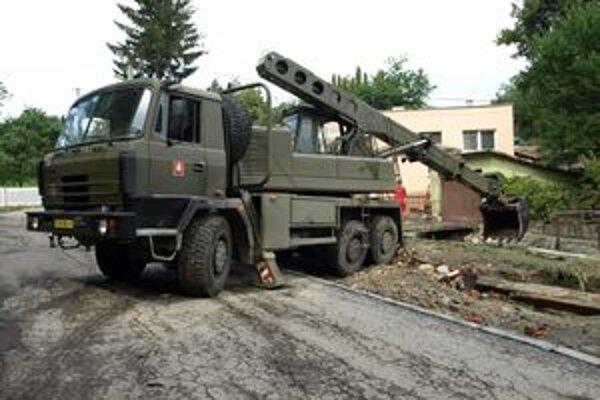 V Handlovej stále pomáha aj armáda.