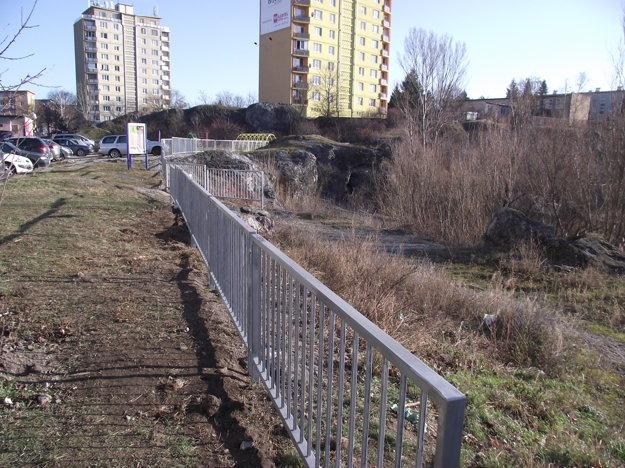 Nový plot v dolnej časti bane.