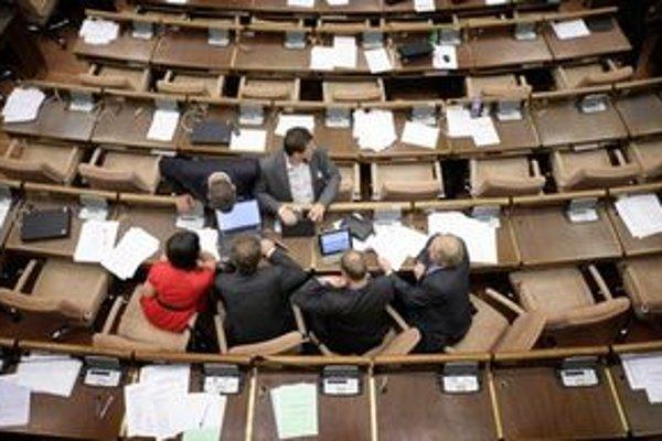 Obyčajní ľudia v parlamente.
