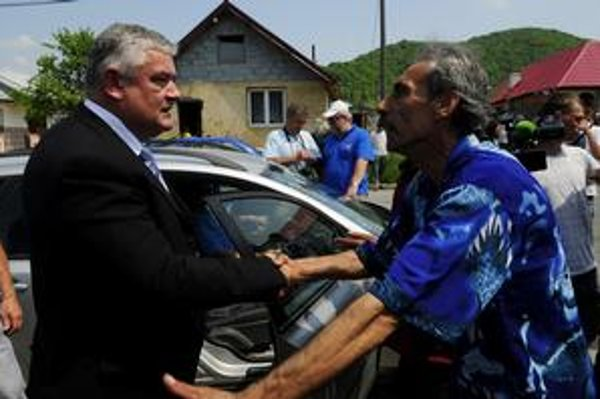 V máji Slota prekvapivo navštívil rómsku osadu Podskalka v Humennom. Dnes chce Rómov vysťahovať.