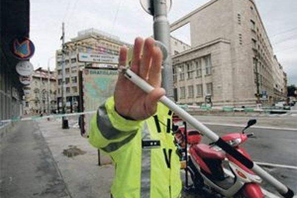 Policajti sú v službe, pred fotografiou by utekať nemali.