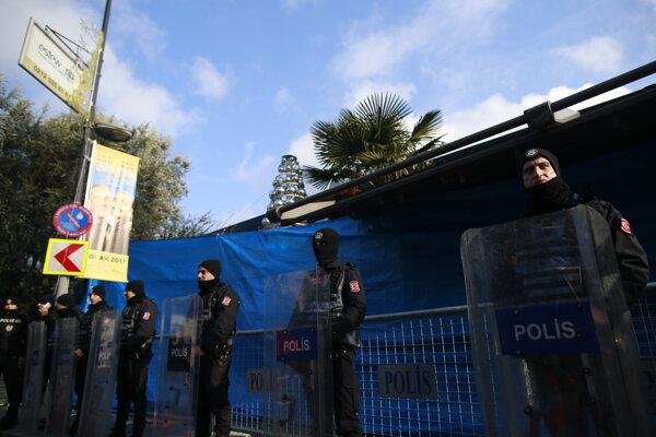 Tureckí policajti hliadkujú pred budovou nočného klubu, kde počas silvestrovskej noci došlo k streľbe.