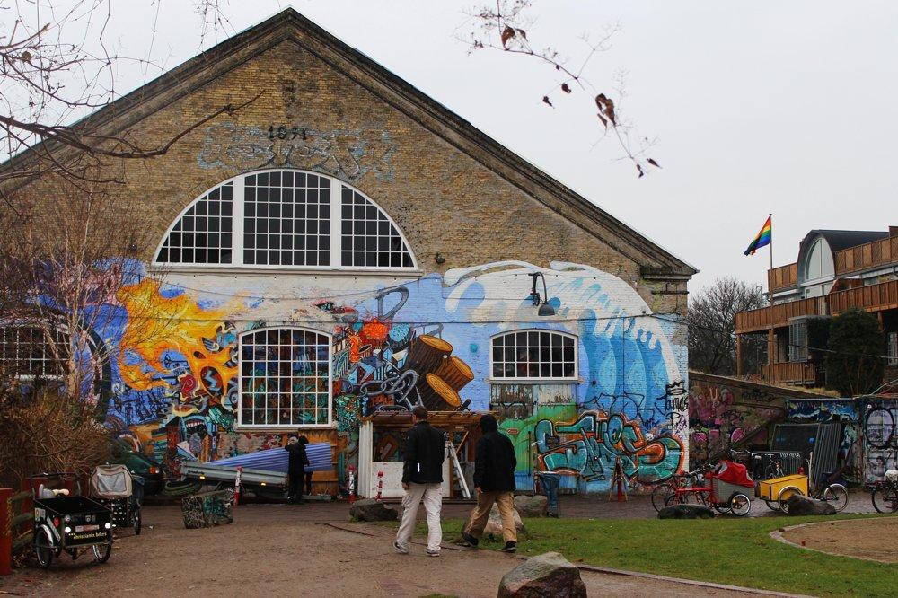 Pestrofarebný street art a všadeprítomné nákladné bicykle, ktoré Christiania zrodila.