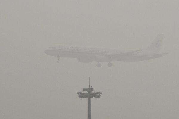 Smog narušil aj leteckú dopravu.