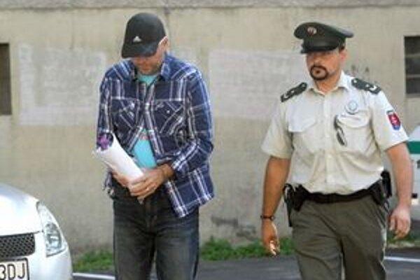 Martin Novotný prichádza na súd.