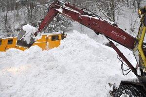 Rušne sa dali do pohybu, sneh odtláčajú z koľajníc.