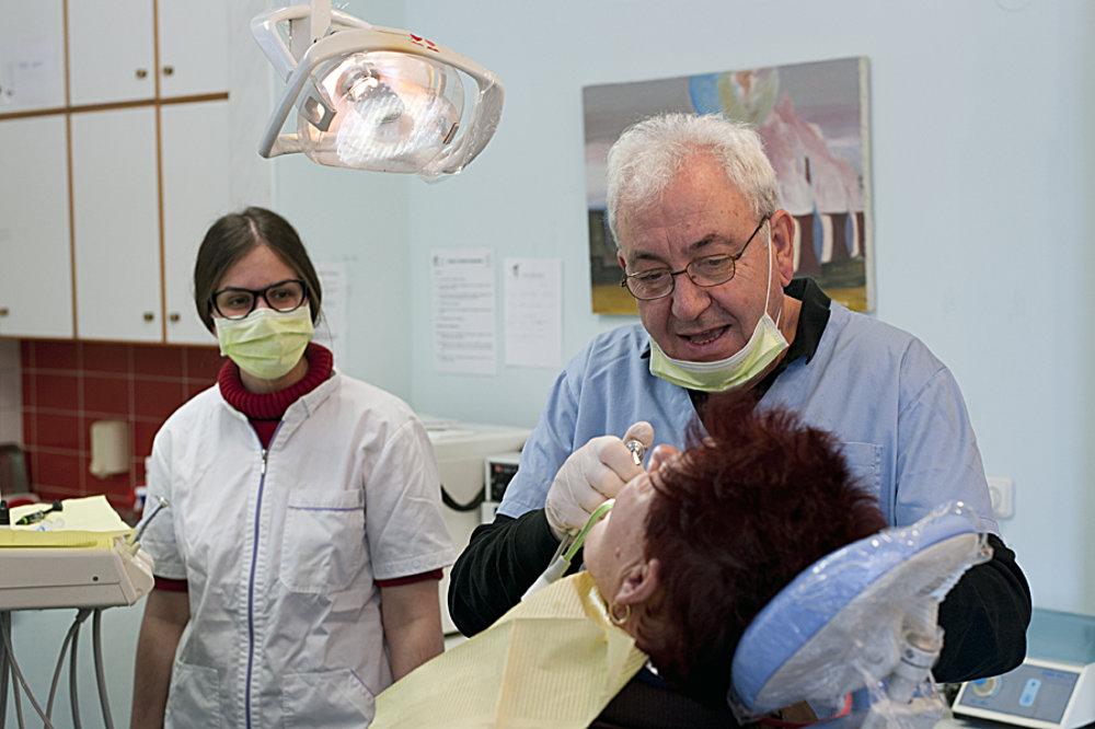 Rovnako ako u nás, aj v Grécku sa za zubára platí. Súkromný lekár Thanasis Komnis ordinuje na klinike solidarity zadarmo štyrikrát do mesiaca.