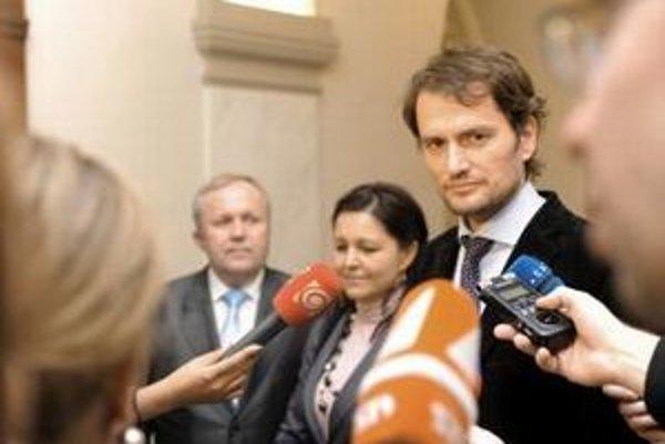 Traja poslanci z hnutia Obyčajní ľudia - Erika Jurinová, Martin Fecko a Igor Matovič.