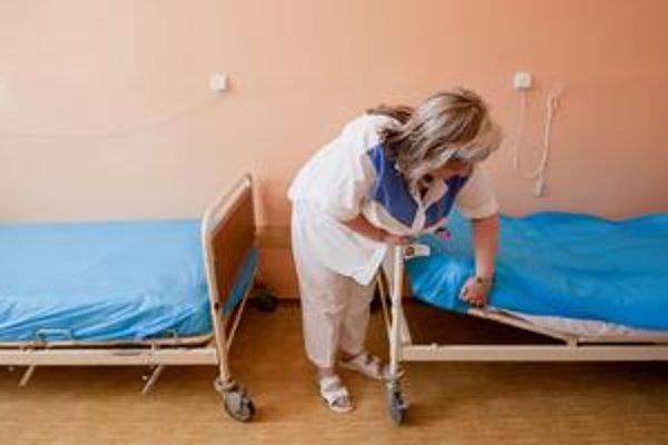 Fakultná nemocnica v Trenčíne bola ochotná ukázať postele. Okrem nových švajčiarskych majú aj takéto z 80. rokov.