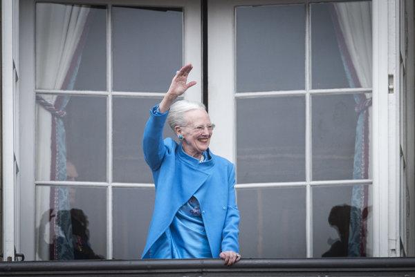 Dánska kráľovná Margaréta máva z balkóna Amalienborgského paláca.