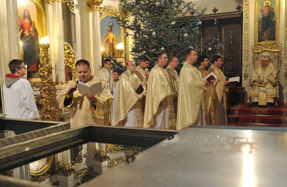 Prešovský arcibiskup metropolita Ján Babjak (vpravo vzadu) počas svätej liturgie sv. Bazila Veľkého s večierňou s veľkým svätením vody v Katedrále sv. Jána Krstiteľa v Prešove.