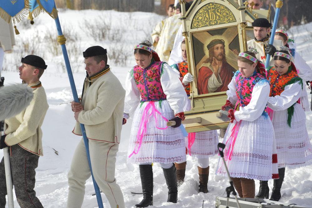 Na snímke príchod procesie veriacich na svätenie vody.