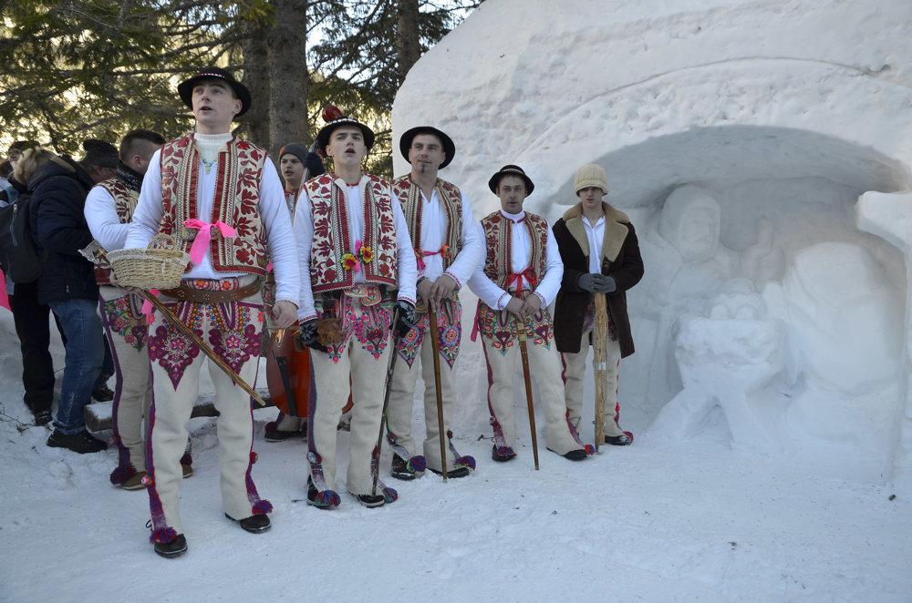 Folklórny súbor z Lendaku počas podujatia Trojkráľové stretnutie pri snehovom betleheme.
