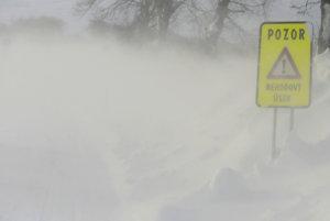 Snímka zo 6. januára 2017 pri silnom vetre a mínus 15 stupňoch Celzia. Pohľad z kabíny nákladného auta Správy údržby ciest PSK, cesta je vľavo dole.