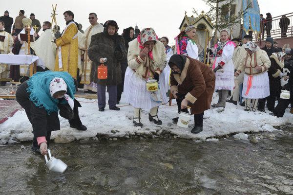 V Jakubovanoch. Ľudia naberali vodu priamo z potoka, na pitie i na umytie.
