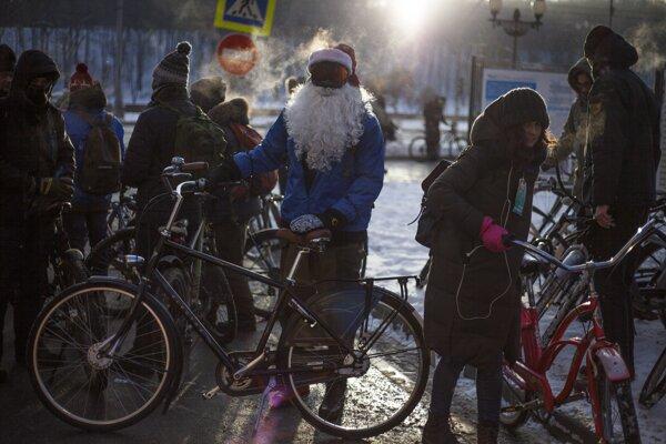 Účastníci druhého zimného cyklistického maratónu sa pripravujú na jazdu.