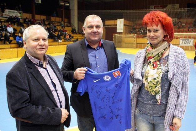 Turnaj poctil svojou návštevou aj predseda ZsFZ Pavol Šípoš (v strede), ktorý priniesol aj peknú cenu do tomboly - dres s podpismi hráčov slovenskej reprezentácie.