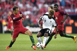 Ricardo Carvalho (vľavo) si zahral aj na posledných majstrovstvách Európy, kde sa s Portugalskom tešil zo zisku titulu.