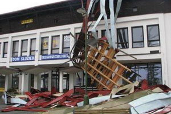 Dom služieb v Starom Smokovci a Základná škola v Dolnom Smokovci prišli túto noc o strechu.