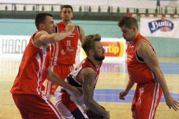 Úniku niet ! Hráč Nitry Pejovič (s loptou) vobkolesení troch brániacich Komárňanov. Vicemajster zvíťazil vNitre bezpečne.