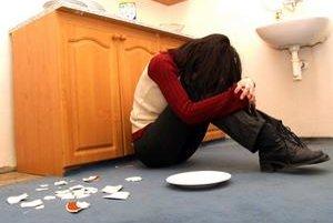 Násilník sa udrží v dome aj napriek ranám a dôkazom.