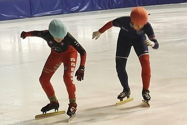 Mladí rýchlokorčuliari.