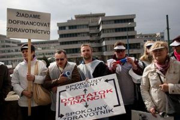 V apríli bol protest pred  ministerstvom zdravotníctva.