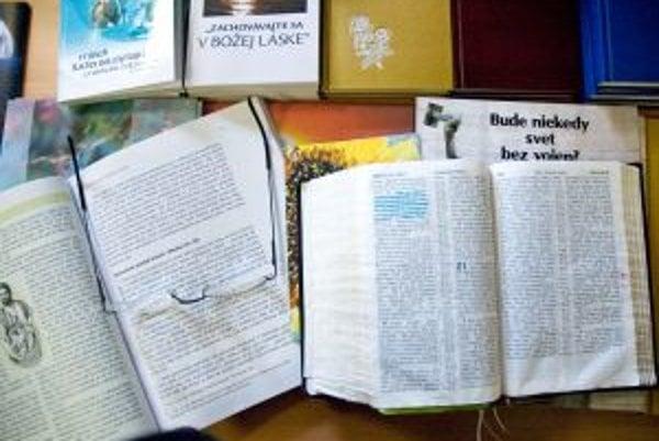 Jehovovi svedkovia disponujú rozsiahlou literatúrou. Každú odpoveď podporia konkrétnym citátom z Biblie. Kritici vravia, že ju berú doslovne, a že formulácie z nej interpretujú nesprávne.