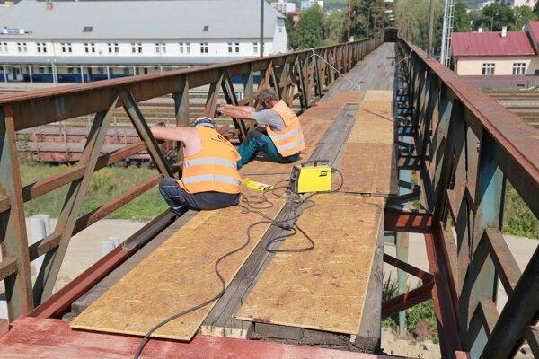 Oprava lavice ponad železničnú trať.