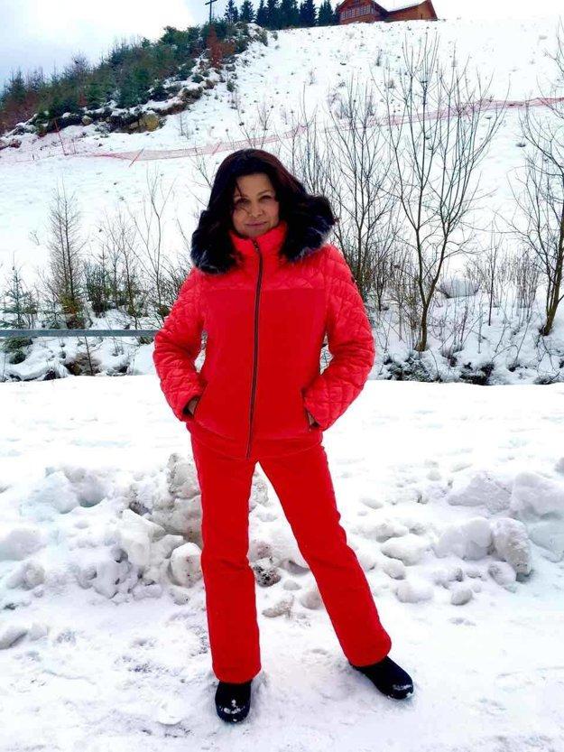 Ilona Csáková. Keď si známa speváčka vyrazí na prechádzku so svojimi synmi, oblieka si červenú vetrovku s huňatou kožušinkou a rovnaké zimné nohavice.