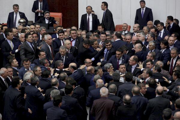 V tureckom parlamente si to chceli poslanci vysvetliť stručne.