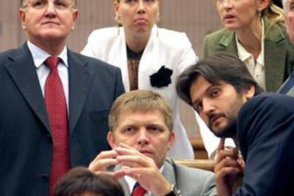 Edita Angyalová (v strede) sa dostala do parlamentu ako víťazka esejistickej suťaže Smeru.