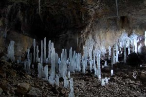 Stanišovská jaskyňa dostala netradičnú ľadovú výzdobu.