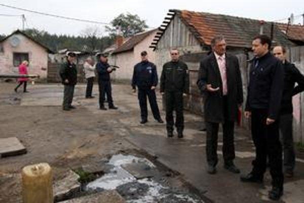 Pčolinský (štvrtý sprava) sprevádzal ministra aj na výjazde do osady v Plaveckom Štvrtku.
